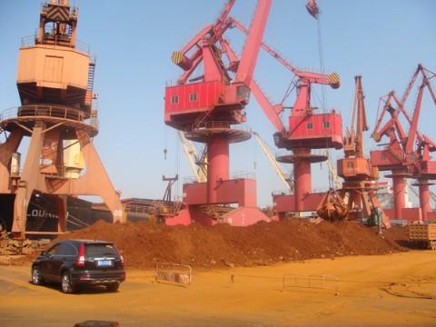 镍矿到港卸船